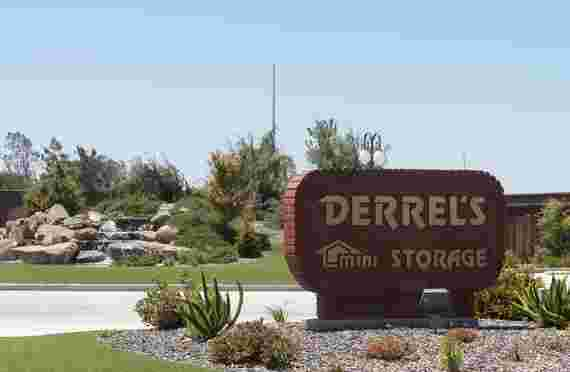 Front entrance to Derrels at 10948 Snow Rd, Bakersfield, CA