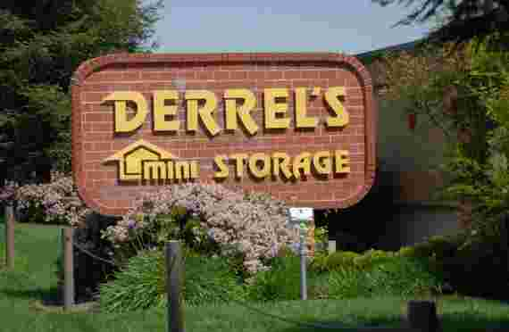 sign in front of Derrels at 2801 Columbus St, Bakersfield, CA