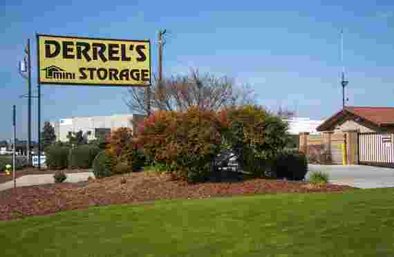 Front sign and entrance of Derrels at 491 Herndon Ave, Clovis, CA
